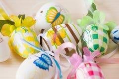 Ciérrese para arriba de los huevos de Pascua hechos a mano pintados Imagen de archivo