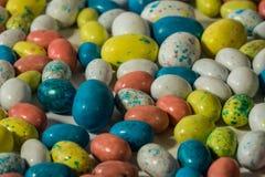 Ciérrese para arriba de los huevos de Pascua multicolores del caramelo Fotos de archivo