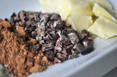 Ciérrese para arriba de los ingredientes crudos para hacer el chocolate Imagenes de archivo