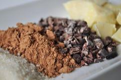 Ciérrese para arriba de los ingredientes crudos para hacer el chocolate Foto de archivo