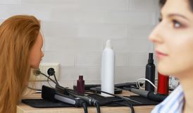Ciérrese para arriba de los instrumentos profesionales del hairdstyle con la cara modelo en el primero plano desenfocado foto de archivo