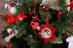 Ciérrese para arriba de los juguetes de la Navidad en el árbol de navidad Concepto de la Feliz Año Nuevo y de la Navidad foto de archivo