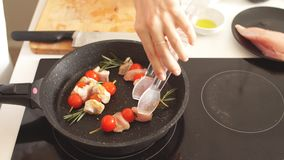 Ciérrese para arriba de los kebabs del pollo servidos con la cereza y el romero del tomate en el sartén almacen de metraje de vídeo