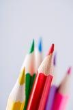 Ciérrese para arriba de los lápices del color con diverso color sobre fondo ligero Imagen de archivo