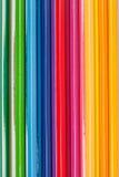 Ciérrese para arriba de los lápices del color en fondo colorido Imagen de archivo