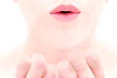 Ciérrese para arriba de los labios femeninos que soplan un beso Foto de archivo libre de regalías