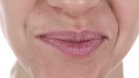 Ciérrese para arriba de los labios sonrientes de la muchacha latina, dientes blancos metrajes