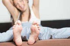 Ciérrese para arriba de los lenguados de pies femeninos Fotos de archivo libres de regalías