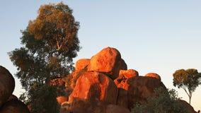 Ciérrese para arriba de los mármoles del diablo en el Territorio del Norte en la puesta del sol metrajes