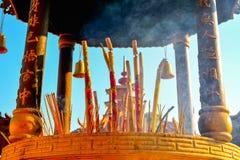 Ciérrese para arriba de los palillos del incienso en el monasterio de 10 000 Buda en Hong Imagen de archivo libre de regalías