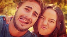 Ciérrese para arriba de los pares felices que toman el selfie en el parque almacen de video