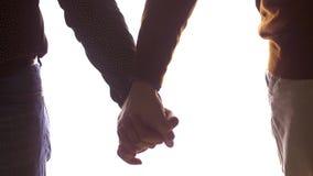 Ciérrese para arriba de los pares gay masculinos que llevan a cabo las manos almacen de metraje de vídeo