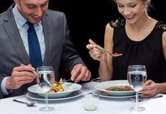 Ciérrese para arriba de los pares que comen en el restaurante Imágenes de archivo libres de regalías
