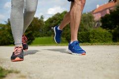 Ciérrese para arriba de los pares que corren al aire libre Fotos de archivo