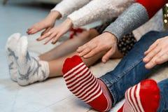 Ciérrese para arriba de los pares que estirando sus brazos a sus pies imagen de archivo libre de regalías