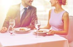 Ciérrese para arriba de los pares que hablan en el restaurante fotografía de archivo libre de regalías