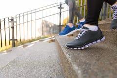Ciérrese para arriba de los pies que corren abajo en ciudad Imagen de archivo