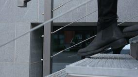 Ciérrese para arriba de los pies que van abajo en las escaleras almacen de metraje de vídeo
