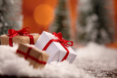 Ciérrese para arriba de los regalos de Navidad envueltos en oro Fotografía de archivo libre de regalías