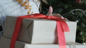 Ciérrese para arriba de los regalos felices de la Navidad de la abertura de la muchacha almacen de video