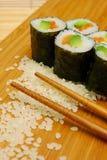 Ciérrese para arriba de los rodillos de sushi Foto de archivo