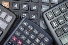 Ciérrese para arriba de los telclados numéricos de la calculadora agrupados juntos Foto de archivo