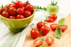 Ciérrese para arriba de los tomates de cereza con albahaca Imagen de archivo libre de regalías
