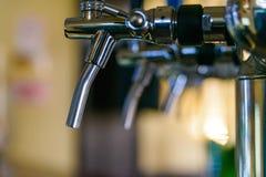 Ciérrese para arriba de los tubos de la cerveza en contador de la barra imagen de archivo libre de regalías