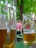 Ciérrese para arriba de los vidrios de cerveza imagen de archivo