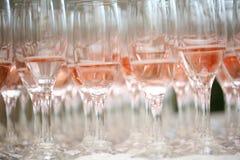 Ciérrese para arriba de los vidrios rosados del champán Imagen de archivo libre de regalías