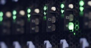 Ciérrese para arriba de luz del centelleo en servidores de un centro de datos metrajes