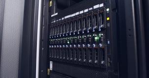 Ciérrese para arriba de luz del centelleo en servidores de un centro de datos almacen de video