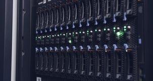 Ciérrese para arriba de luz del centelleo en servidores de un centro de datos almacen de metraje de vídeo