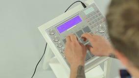 Ciérrese para arriba de música de mezcla de DJ en un panel del Midi metrajes