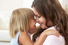 Ciérrese para arriba de madre y de hija cariñosas en Ho Fotos de archivo libres de regalías