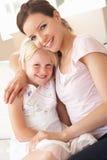 Ciérrese para arriba de madre y de hija cariñosas en Ho Fotografía de archivo