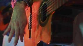 Ciérrese para arriba de manos de los guitarristas que tocan las guitarras de nylon almacen de metraje de vídeo