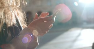 Ciérrese para arriba de manos femeninas jovenes usando el teléfono, al aire libre Fotografía de archivo libre de regalías