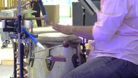 Ciérrese para arriba de manos de un hombre que juega una percusión del tambor almacen de video