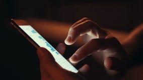 Ciérrese para arriba de manos usando el teléfono elegante almacen de metraje de vídeo