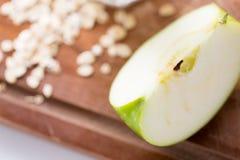 Ciérrese para arriba de manzana verde en tabla de cortar de madera Fotografía de archivo