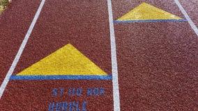 Ciérrese para arriba de marcas del carril en una pista al aire libre fotografía de archivo