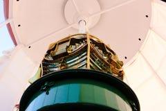 Ciérrese para arriba de mecanismo de la lente de Fresnel desde adentro del faro del Praia DA Barra foto de archivo