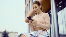 Ciérrese para arriba de mensajes que mandan un SMS de la mujer atractiva joven en el teléfono móvil almacen de metraje de vídeo