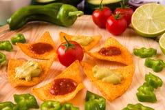 Ciérrese para arriba de microprocesadores y de verduras de los nachos Fotos de archivo libres de regalías