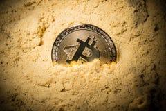 Ciérrese para arriba de mitad del bitcoin en la arena Fotos de archivo