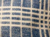 Ciérrese para arriba de modelo rayado azul y blanco del mantel imagenes de archivo