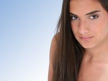 Ciérrese para arriba de muchacha adolescente hermosa sobre azul Imagenes de archivo