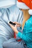 Ciérrese para arriba de muchacha agradable con smartphone Fotografía de archivo libre de regalías