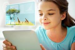Ciérrese para arriba de muchacha sonriente con PC de la tableta en casa Imagen de archivo